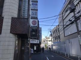 このビルの3階になります。